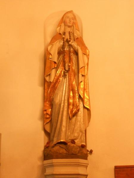 Madonna über dem Taufbecken