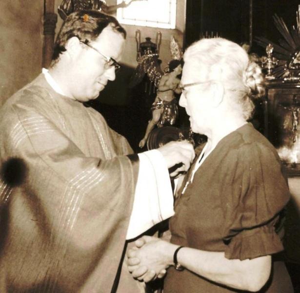 P. Leopold und Mesnerin Schmidt Theresia