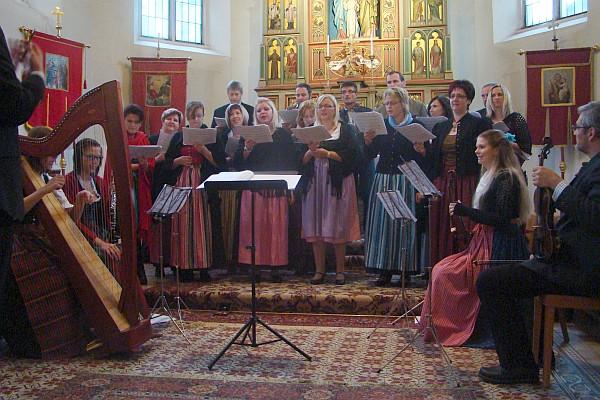 """Kirchenchor sang zu Erntedank die """"Chiemgauer Messe"""""""