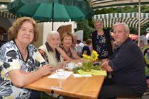 Gäste genießen das Langenloiser Pfarrfest