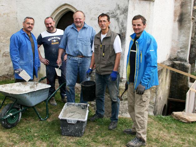 Helfer bei der Renovierung der Filialkirche