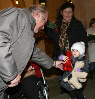 KMB überreicht den Kindern Nikolaussackerl