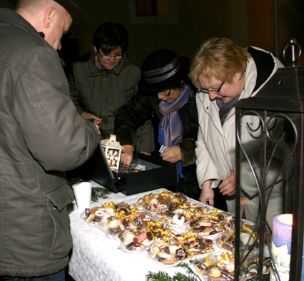 Kekseverkauf vor der Kirche
