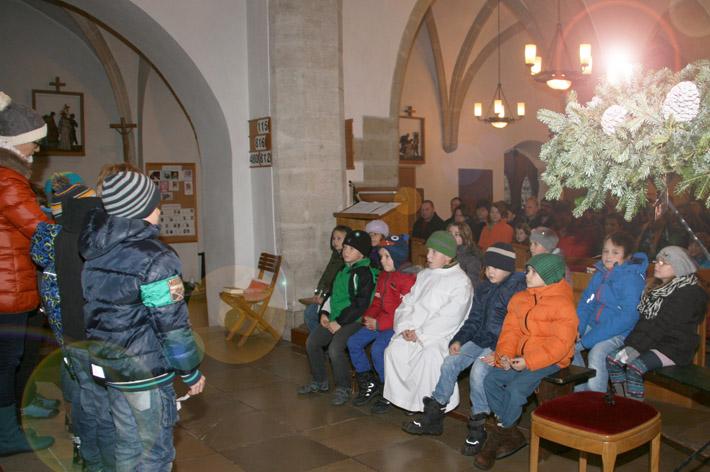 Kinder bei Adventkranzweihe