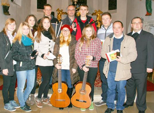 Jugendliche beim Jugendgottesdienst
