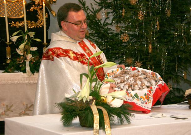 Pfarrer Marek mit gebackenen Weihnachtssternen für die Kinder