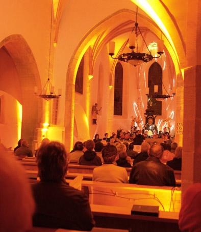 Kircheninneres beleuchtet