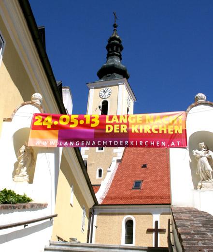 Transparent vor der Kirche