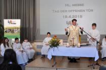 P. Pirmin mit den Ministrantinnen und Ministranten bei der Messfeier in der LFS