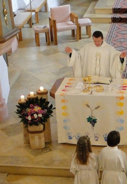Blumen schmücken den Altar
